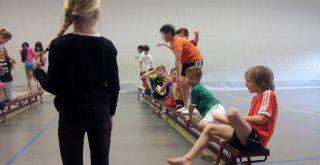 Groep 6/7 geeft gymles aan elkaar.